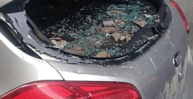 В Ростове машину разбило штукатуркой со здания
