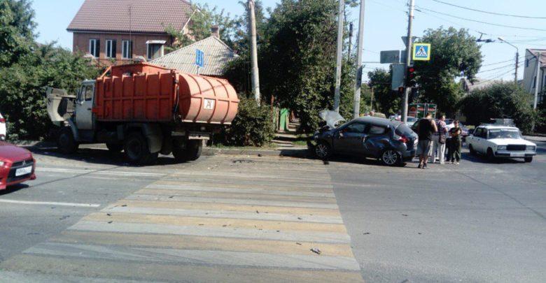 В Ростове мусоровоз врезался в «Ниссан Жук»