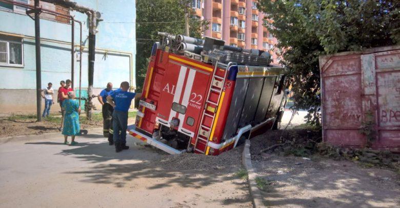 В Ростовской области пожарная машина ушла под землю