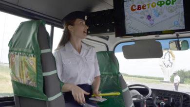 В передвижном классе безопасности водителям и детям показали мультики по ПДД