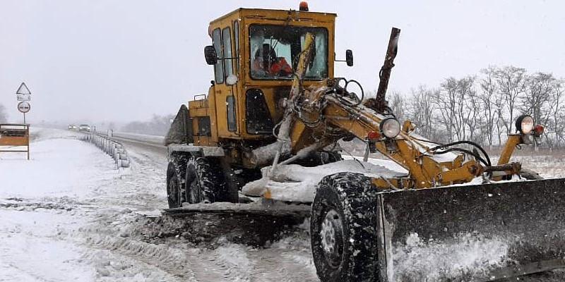 Дорожники ликвидируют последствия первого снегопада в Ростовской области